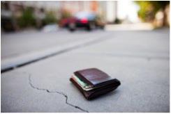 常見英文錯誤:I picked up a wallet on the street. 我在路上撿到一個皮夾